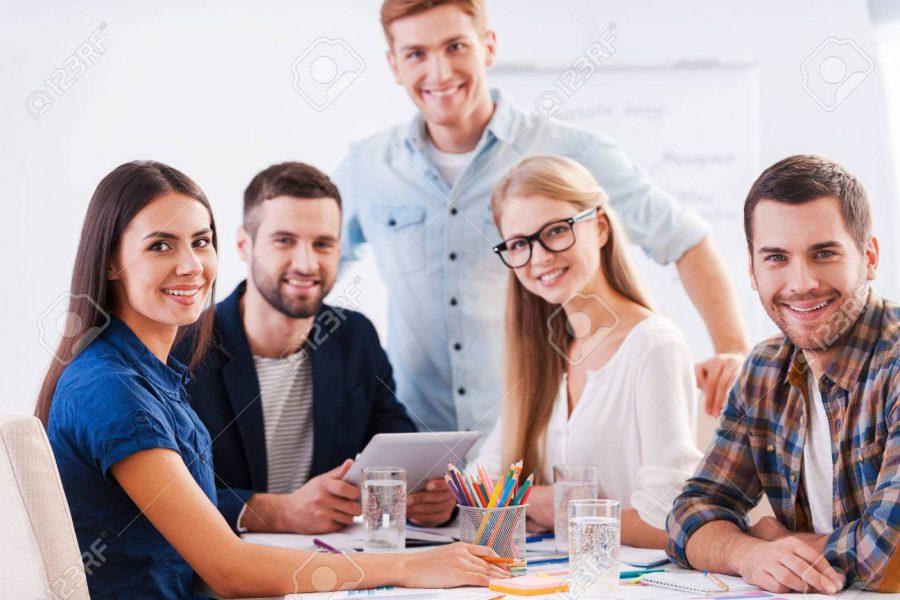 33068651-klaar-om-te-brainstormen-groep-van-gelukkige-mensen-uit-het-bedrijfsleven-in-slimme-vrijetijdskledin